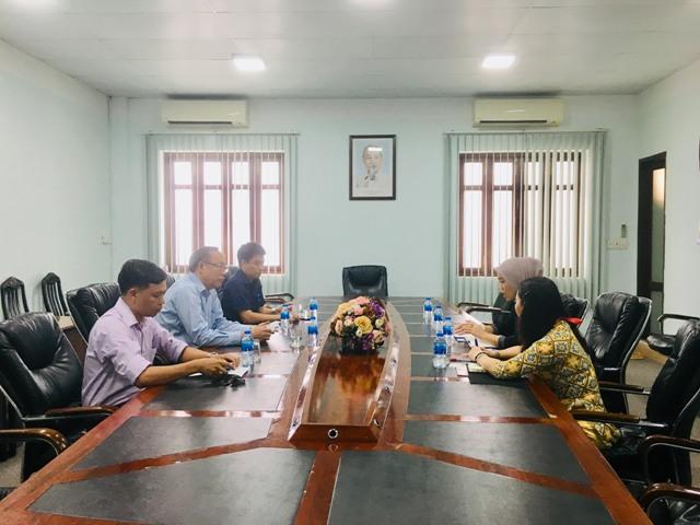 Đại diện Ban Giám hiệu và Trung tâm Thông tin, Thư viện Trường Đại học Văn hóa TP. Hồ Chí Minh làm việc với đại diện Thư viện Quốc hội Mỹ tại Indonesia