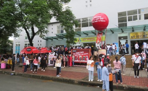 Tân sinh viên khóa 2020-2024 háo hức nhập học.