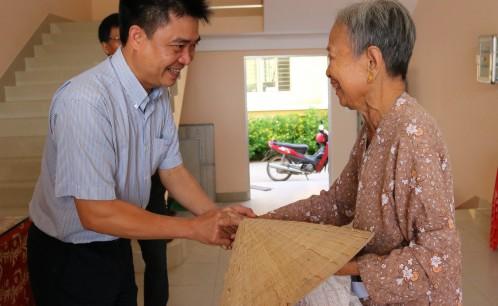 Trường Đại học Văn hóa TP. Hồ Chí Minh thăm và chúc tết UBND xã Tân Thiềng, huyện Chợ Lách, tỉnh Bến Tre, trao quà tết cho gia đình chính sách nhân dịp năm mới.