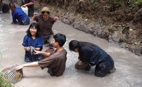 Giảng viên, sinh viên Trường Đại học Văn hóa Tp. HCM và Trường Đại học Silpakorn Thái Lan tham quan mô hình du lịch ở Đồng bằng sông Cửu Long