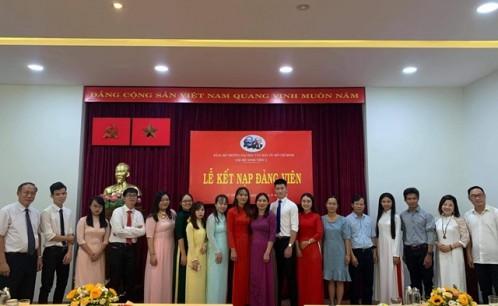 Lễ kết nạp đảng viên mới nhân dịp kỷ niệm 75 năm Quốc khánh nước CHXHCH Việt Nam